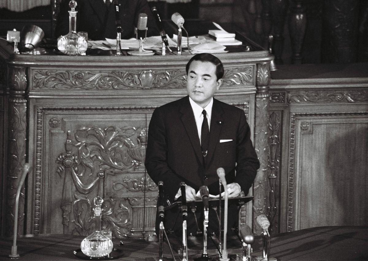 写真・図版 : 1970年2月、参院本会議で答弁する中曽根康弘防衛庁長官