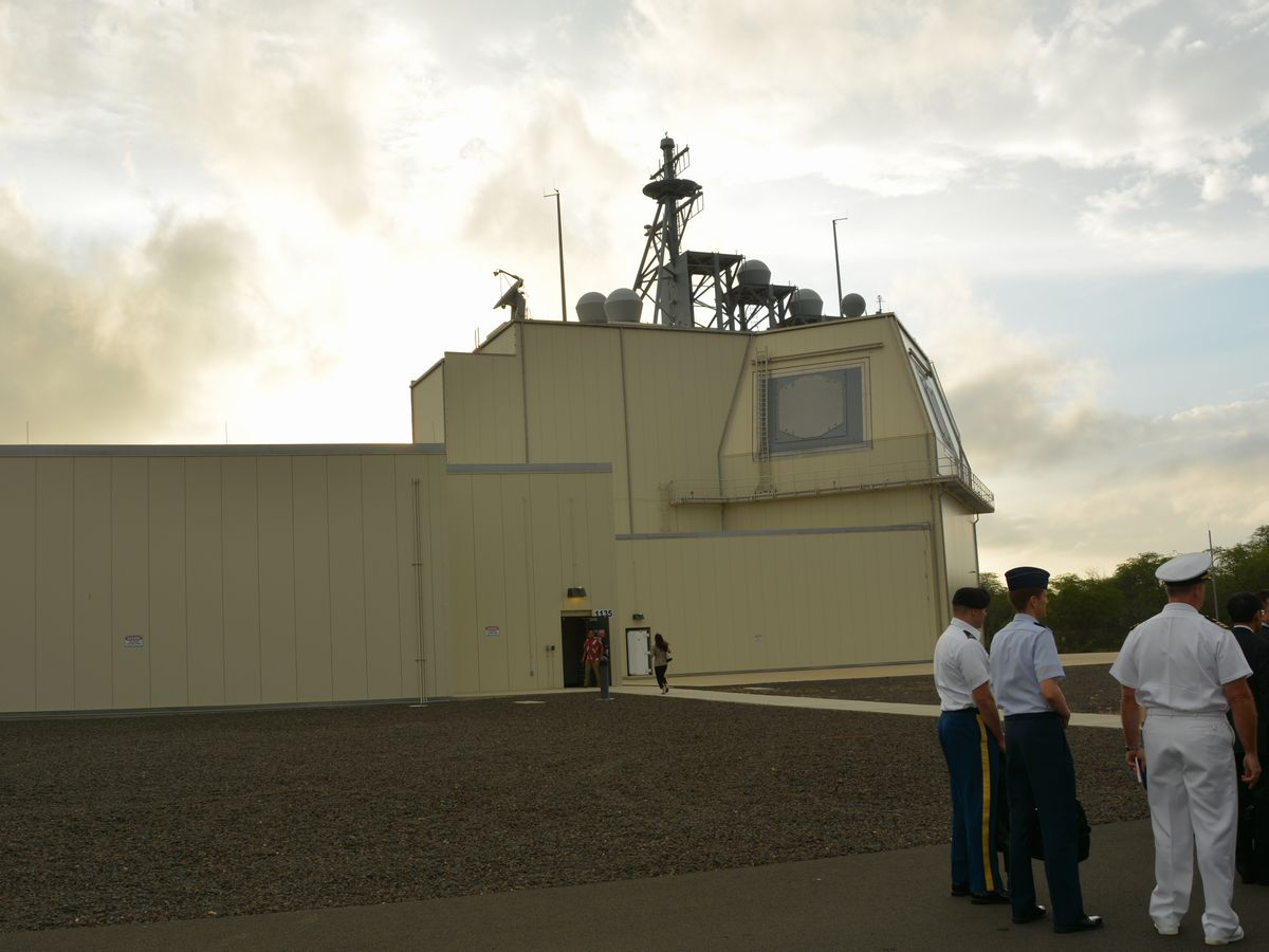 写真・図版 : 米ハワイ州カウアイ島にあるイージス・アショアの実験施設=2018年1月。朝日新聞社