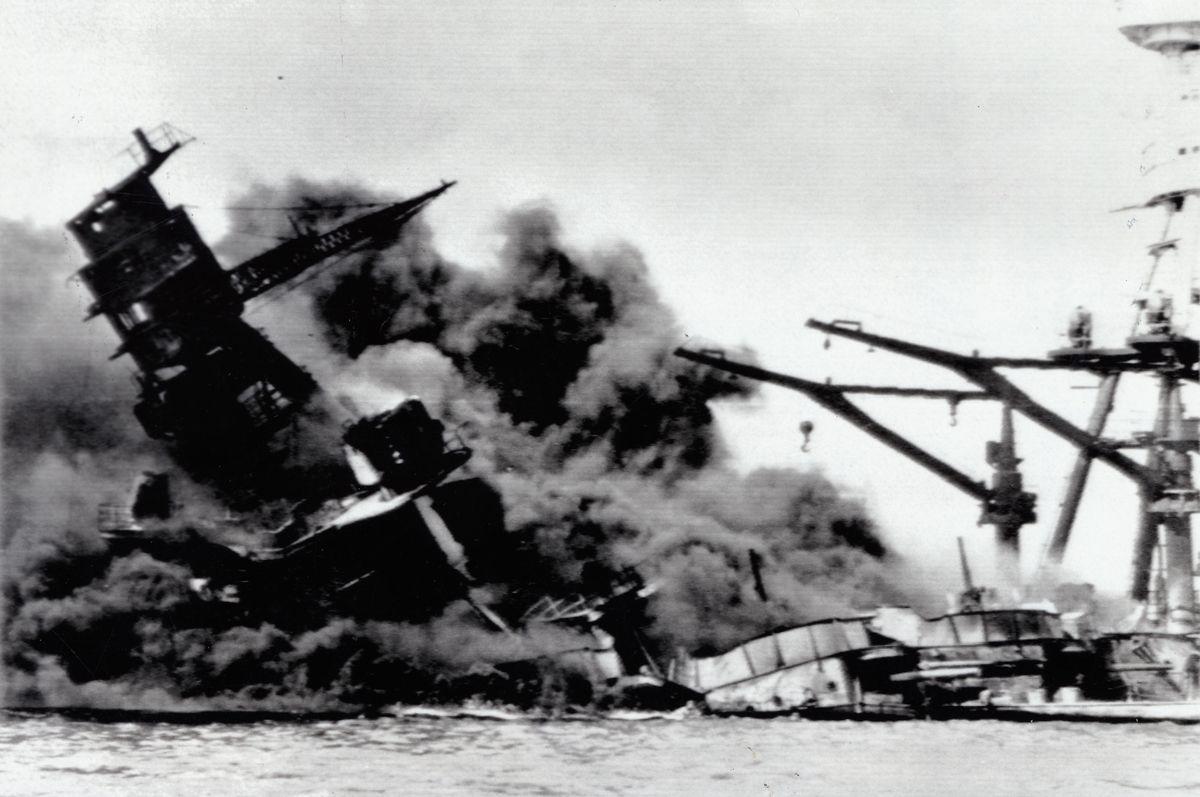 写真・図版 : 1941年12月7日(日本時間8日)、真珠湾で日本軍の攻撃を受け、黒煙を上げて沈む米戦艦アリゾナ=米海軍提供