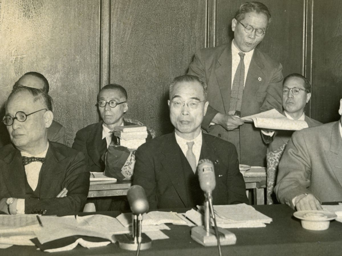 写真・図版 : 1956年4月、衆院内閣委員会での船田中防衛庁長官(中央)。左は重光葵外相=朝日新聞社