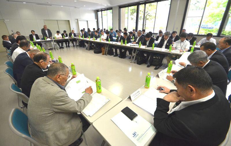 写真・図版 : トリチウム水に関する報告書が説明された福島県漁連の組合長会議。国が5案を説明し、県漁連は反発した=2016年5月31日、いわき市中央台