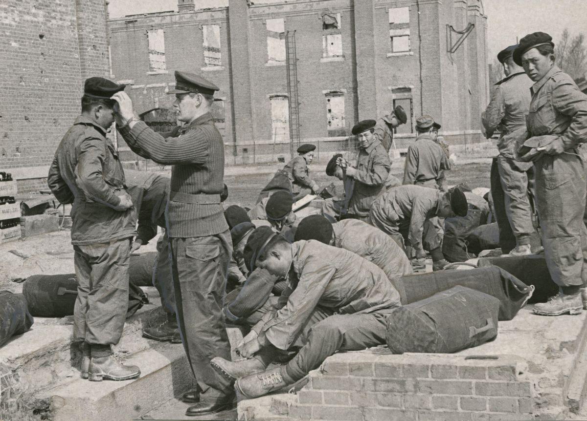写真・図版 : 国連軍の一翼を担う英連邦軍に編入された韓国兵たち。国連軍には米軍、韓国軍のほか、日本占領のため西日本にいた英連邦軍(英、豪、ニュージーランドなど)やタイ、コロンビア、ベルギーなどの軍隊も加わった=1953年3月1日、朝鮮半島の英連邦軍基地
