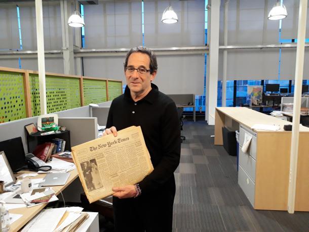 写真・図版 : 米国で最も歴史が古いNPOメディア「調査報道センター」(CIR)のエグゼクティブ・ディレクター、ロバート・ロゼンタール。手に持っているのは「ペンタゴン・ペーパーズ」をスクープした1971年6月13日付のニューヨーク・タイムズの紙面=米国カリフォルニア州エメリービル)