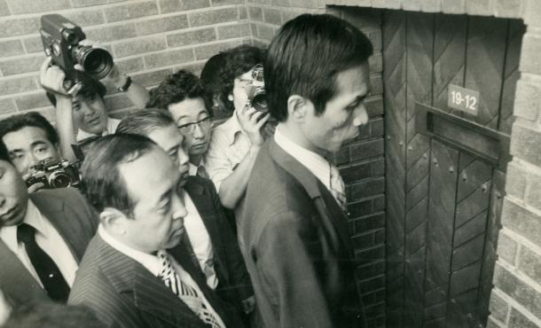 写真・図版 : ロッキード事件で逮捕された田中角栄前首相宅の家宅捜索に入る捜査員たち=1976年7月、東京・目白台