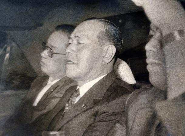 写真・図版 : 保釈され東京拘置所を出る田中角栄前首相(中央)=1976年8月、東京・小菅