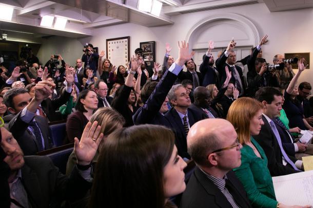 写真・図版 : 出席者の人数が制限される前の、満席のホワイトハウスの記者会見室=2月26日、ワシントン、ランハム裕子撮影