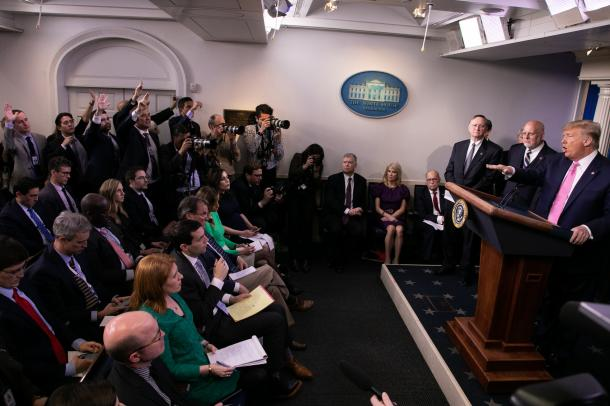 写真・図版 : 出席者の人数が制限される前の、ホワイトハウスの記者会見室=2月26日、ワシントン、ランハム裕子撮影