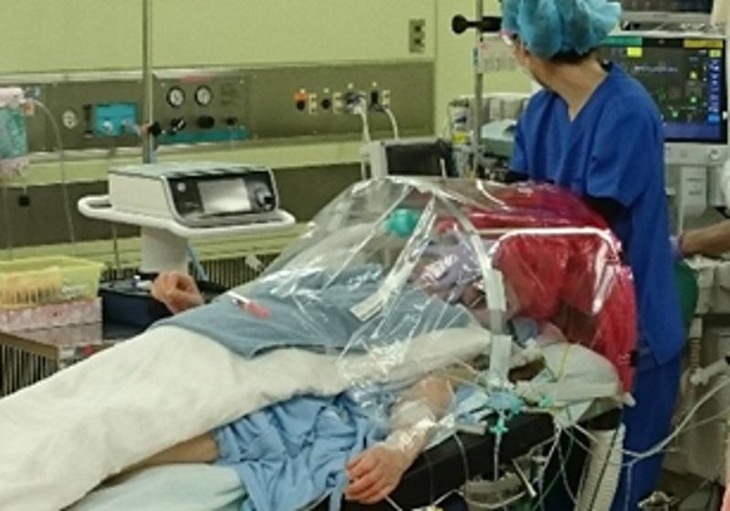 写真・図版 : 手術室での麻酔導入時に使われる様子=2020年4月20日、自治医科大学付属さいたま医療センター