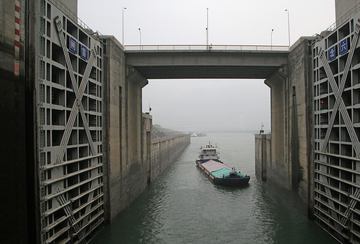 写真・図版 : 三峡ダムの最初の水門に入る船。連続して水門を通り、約180m上昇する/shutterstock.com