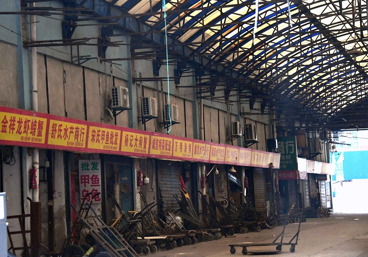 写真・図版 : 封鎖された中国・武漢市の卸売市場=2020年6月6日、平井良和撮影