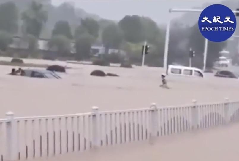 写真・図版 : 「大紀元」が報じる洪水の状況=YouTUbeの動画から