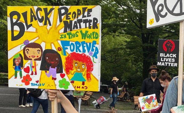 Black Lives Matterのデモで、少女が掲げていたプラカード=2020年6月14日、東京都渋谷区、筆者撮影