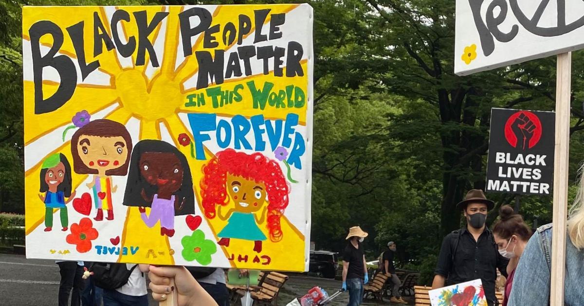写真・図版 : Black Lives Matterのデモで、少女が掲げていたプラカード=2020年6月14日、東京都渋谷区、筆者撮影