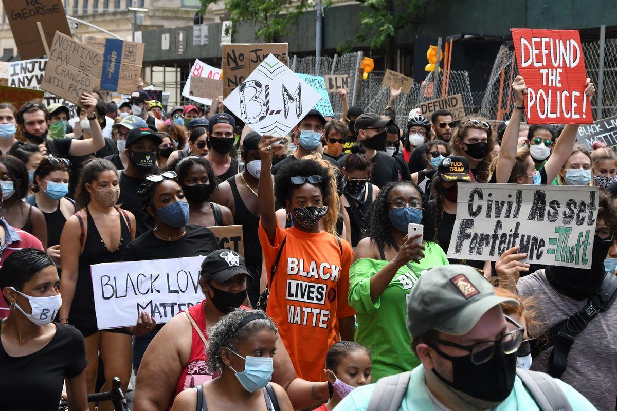 写真・図版 : 米国で白人警官の暴行により黒人が死亡した事件を批判するBLM(Black Lives Matter)のデモ=6月、米ニューヨーク。朝日新聞社