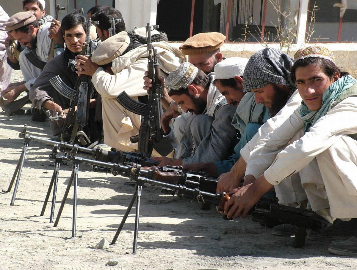 写真・図版 : 2004年9月、武装解除のための小銃を持って並ぶアフガニスタンの兵士たち=カブール郊外。朝日新聞社
