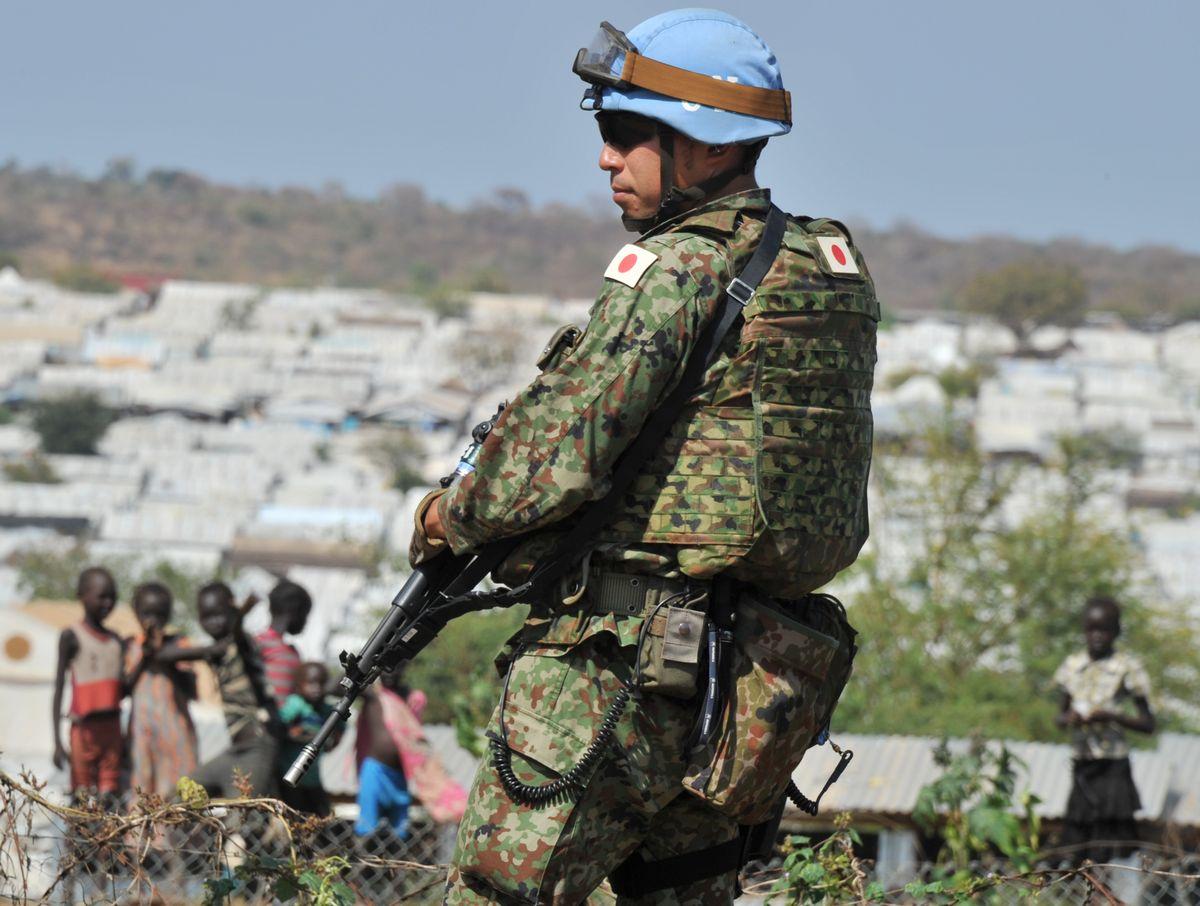 写真・図版 : 2016年11月、南スーダンPKOに参加した陸上自衛隊の隊員=ジュバ。朝日新聞社