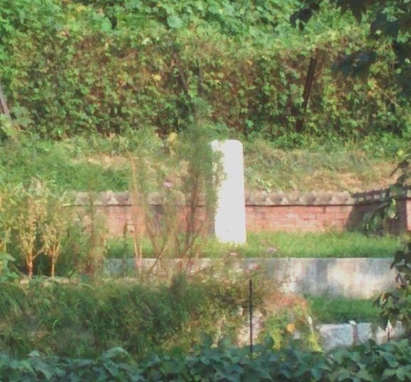 写真・図版 : 乗松雅休夫婦の墓と記念碑=筆者提供