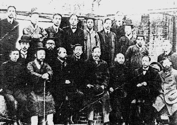 写真・図版 : YMCA時代の曽田嘉伊智、前列右から三番目=「永楽保隣院」所蔵、筆者のFBより