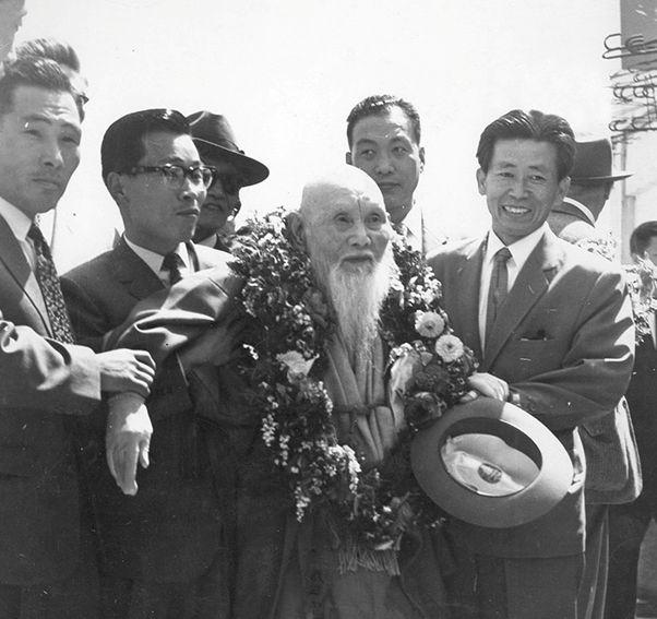 写真・図版 : 1961年ソウルに到着した曽田嘉伊智、前列右から二番目=「永楽保隣院」所蔵、筆者のFBより