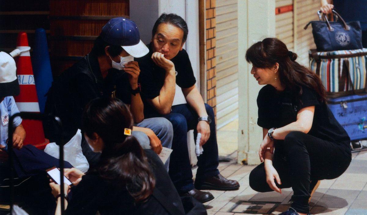 写真・図版 : 奥田さんらは毎週、北九州の繁華街を支援者らと一緒にめぐる「夜回り」を欠かさない。