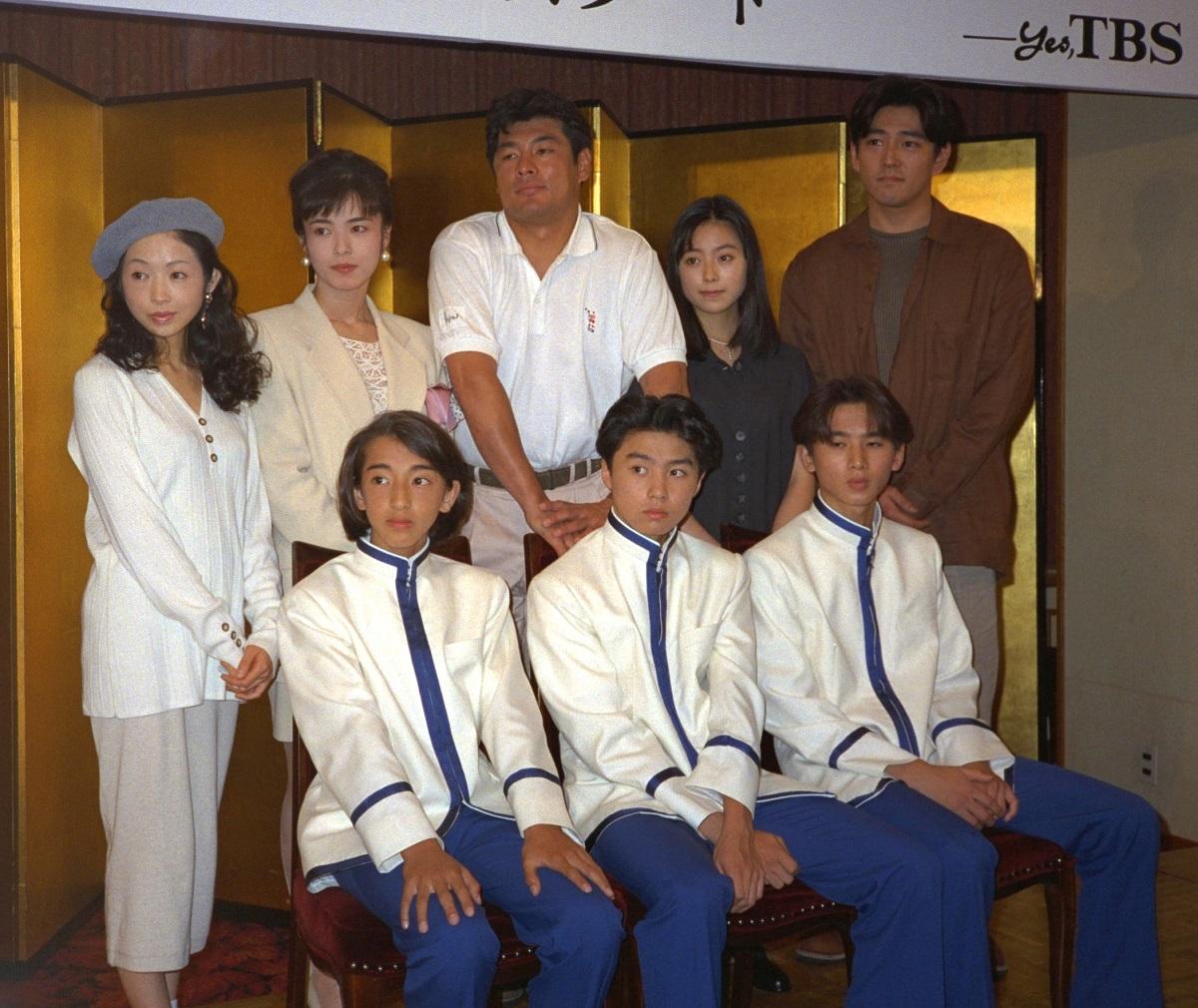写真・図版 : 堂本剛さん(前列中央)、 堂本光一さん(同右)が出演したドラマ「人間・失格」(TBS系)の制作発表=1994年