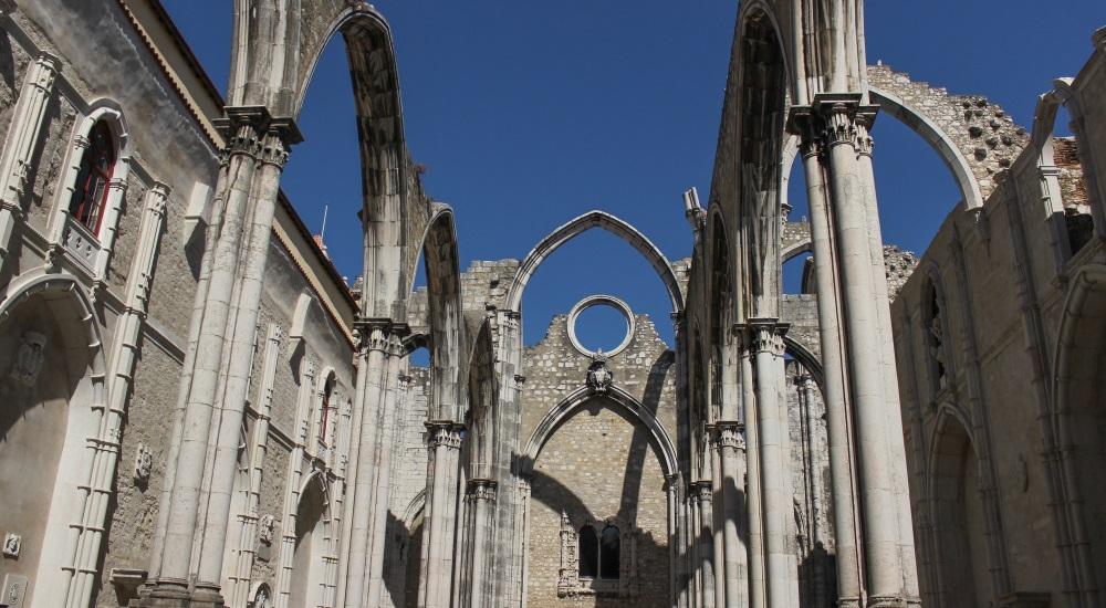 写真・図版 : 1775年の大地震で崩落したリスボンのカルモ教会 Threestars Johnny / Shutterstock.com