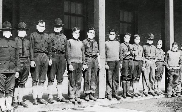 写真・図版 : インフルエンザ(スペイン風邪)が流行しマスクを着用した米陸軍の軍医たち=1918年11月19日 Shutterstock.com