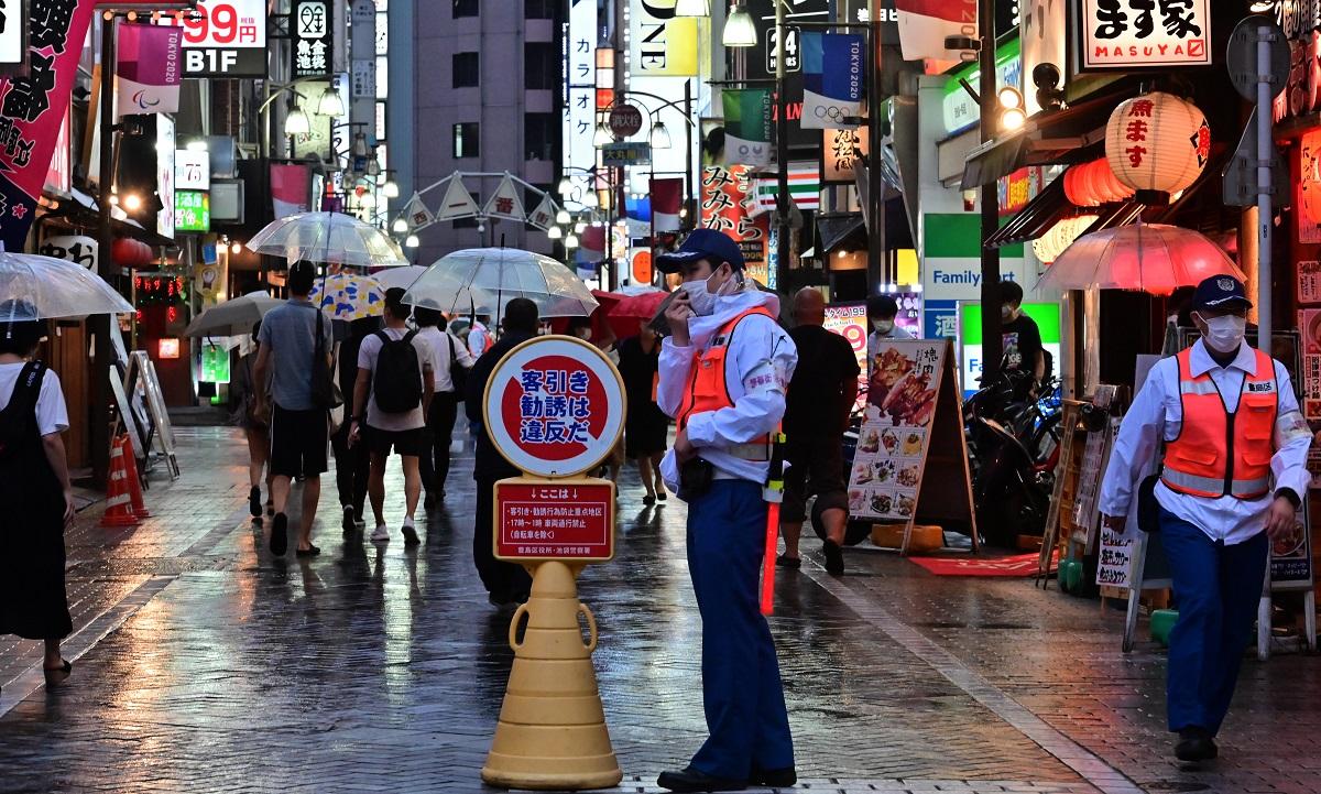 東京・池袋の繁華街では、豊島区の「繁華街警備隊」が新型コロナウイルス感染拡大への注意などを呼びかけていた=2020年7月3日