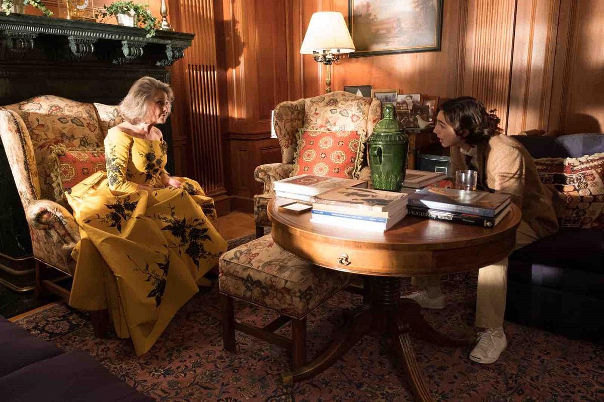 写真・図版 : 母親(左、チェリー・ジョーンズ)とギャツビー Photography by Jessica Miglio ©2019 Gravier Productions, Inc.