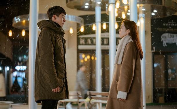 写真・図版 : ラマ『愛の不時着』。主役のソン・イェジン(右)とヒョンビン=tvN提供