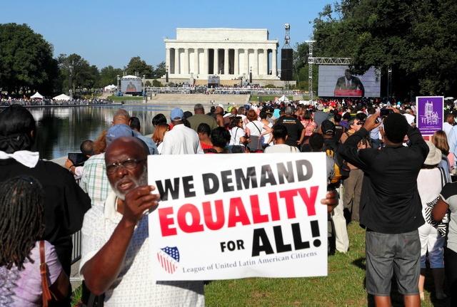 写真・図版 : 「私には夢がある」演説から半世紀。ワシントンのリンカーン記念堂前に集まった人々=2013年8月23日、ランハム裕子撮影