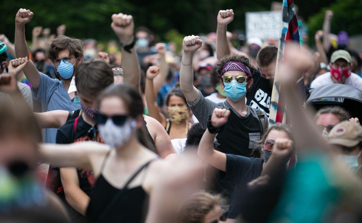 写真・図版 : ワシントンのキング牧師記念碑前で抗議するデモ参加者=2020年6月19日、ランハム裕子撮影