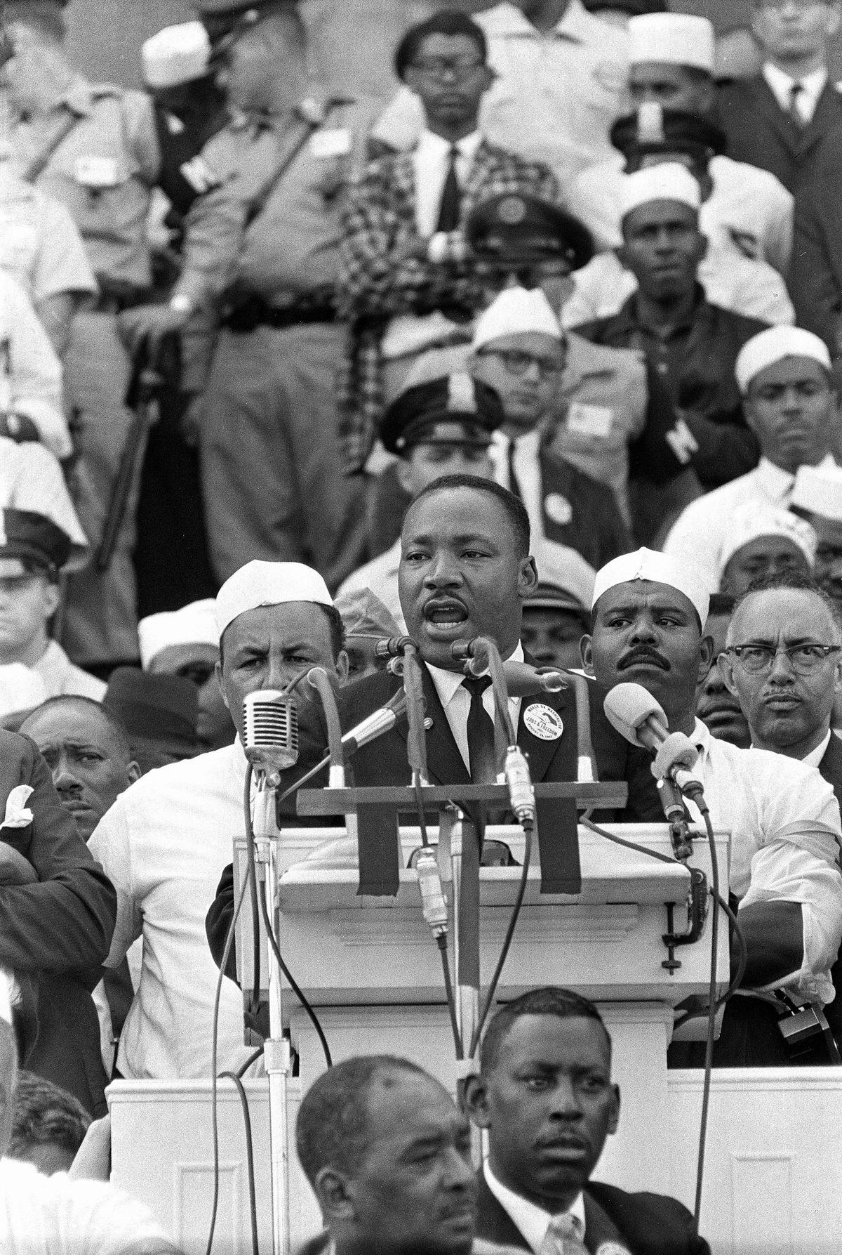 写真・図版 : ワシントン大行進で「私には夢がある」と演説するマーチン・ルーサー・キング牧師=1063年8月28日、ワシントン(AP)
