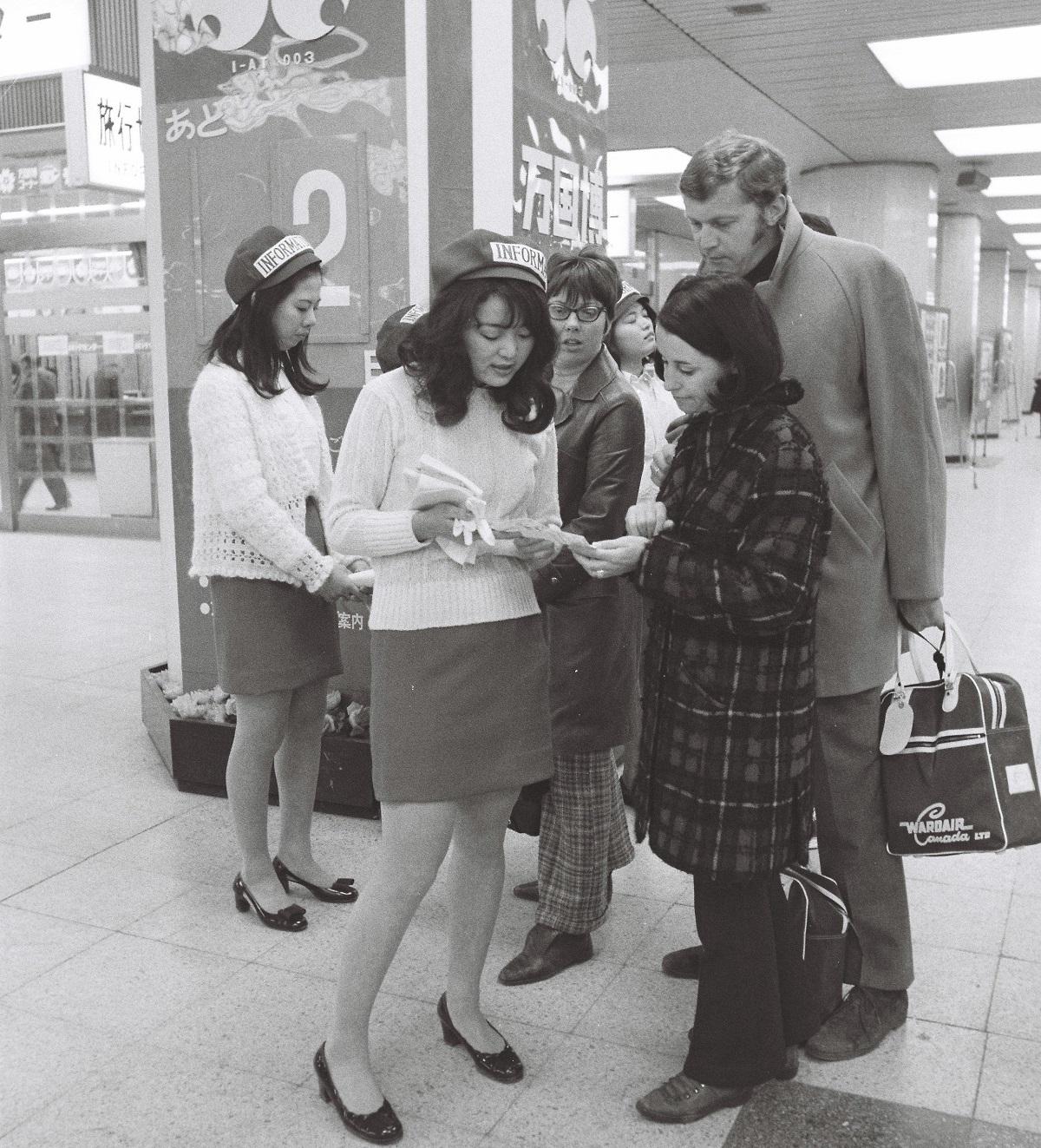 大阪万国博期間中の外国人客の道案内に選ばれた、青山学院大英文科在学中の女子学生たち=1970年3月