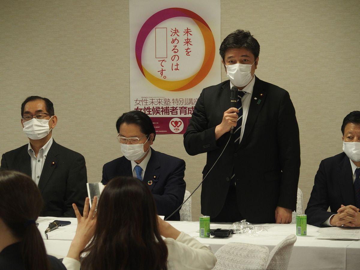 写真・図版 : 自民党の会合であいさつする中山泰秀・外交部会長=2020年7月6日午後、東京・永田町の自民党本部