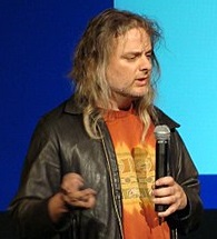 写真・図版 : 国際会議で発表するデビッド・チャルマーズ教授=ウィキペディアより