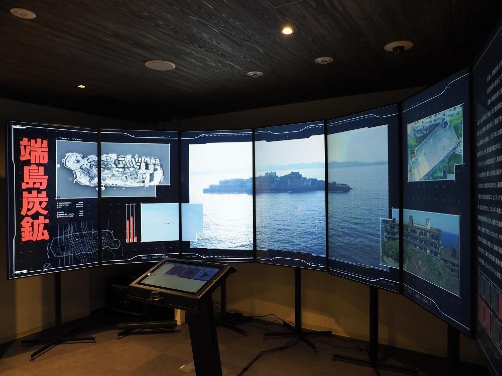 写真・図版 : 「産業遺産情報センター」(東京都新宿区)の展示。映像やパネルで世界遺産に登録された23の資産を紹介する=同センター提供