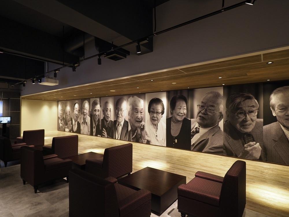 写真・図版 : 「産業遺産情報センター」では端島の元島民の証言映像が公開されている=同センター提供