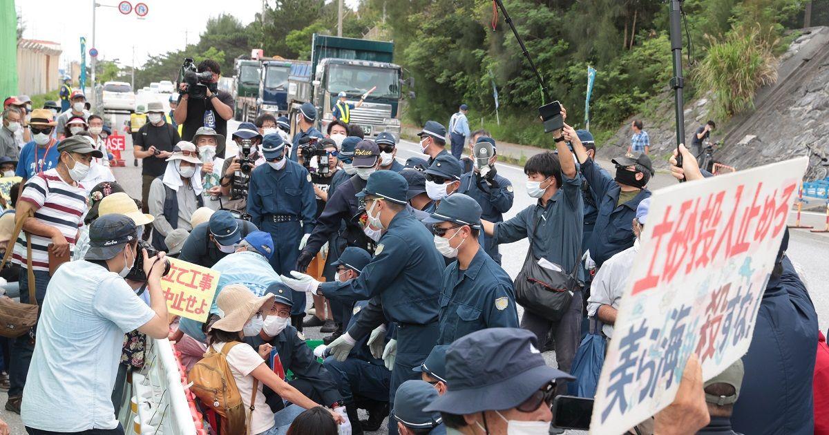 写真・図版 : 辺野古工事が再開され、米軍キャンプ・シュワブゲート前で抗議活動をする人たちを移動させようとする機動隊員=2020年6月12日,沖縄県名護市、吉本美奈子撮影