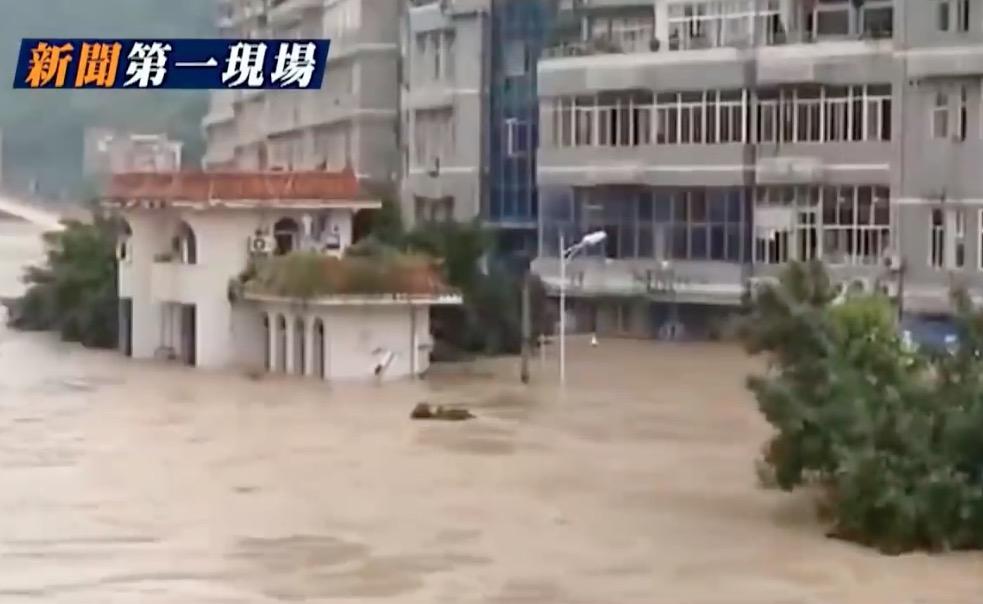 写真・図版 : 「大紀元」が報じていた中国の洪水の状況=YouTubeの動画から