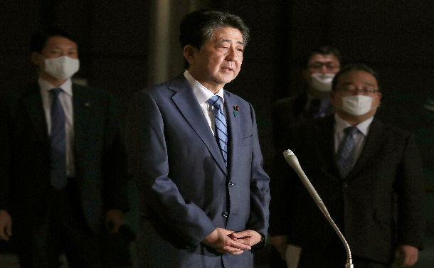 検察庁法改正案の今国会での成立断念に関して取材に応じる安倍晋三首相=5月18日、首相官邸