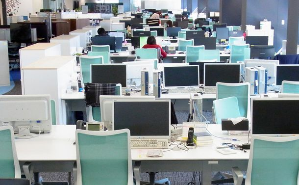 写真・図版 : 従業員の7割近くがテレワークをして、空席が目立つ都心のオフィス=3月18日、志村亮撮影