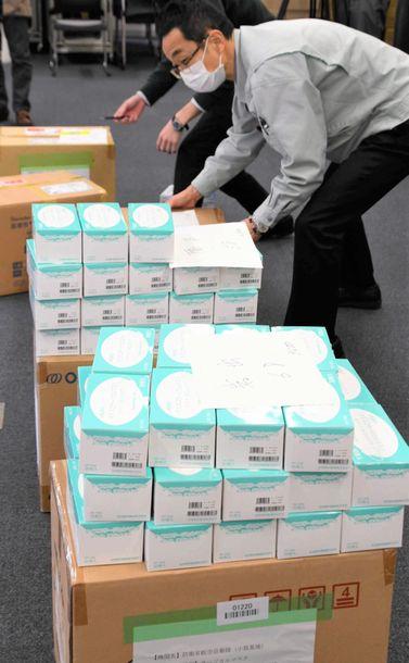 写真・図版 : マスク不足の中で国が放出し、和歌山県庁に届いたマスク。感染症指定医療機関などに配布された=3月16日、山田知英撮影