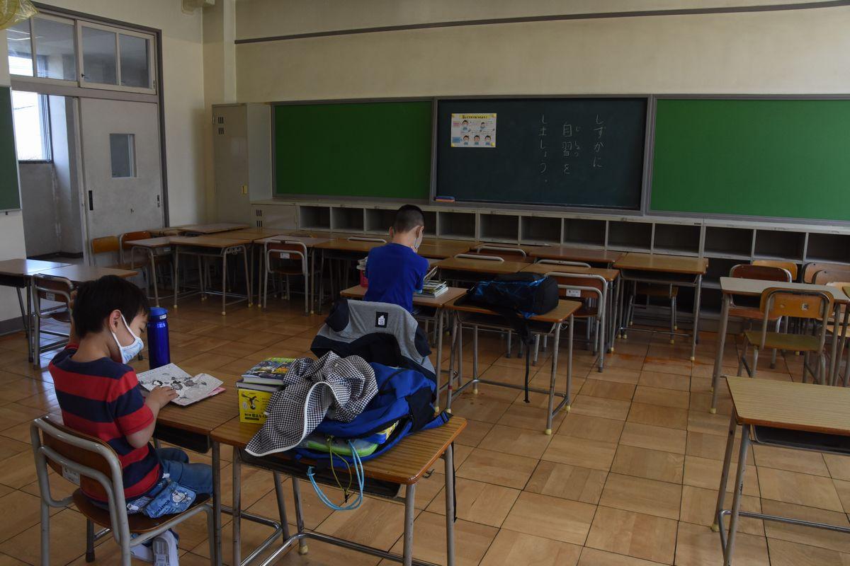 休校期間中、愛知県内各地の小学校には「自主登校教室」が設けられた。名古屋市立清水小学校で静かに読書をしていた5年生の男児は「早くみんなと一緒に勉強したい」と話した=2020年5月13日、名古屋市北区