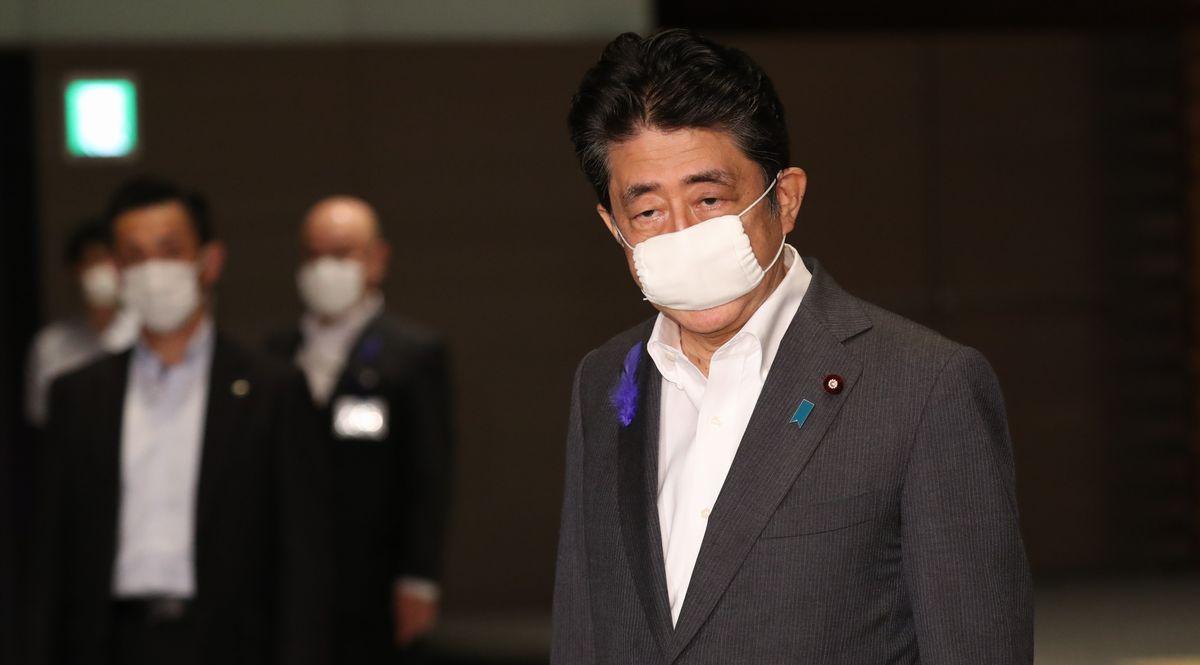 写真・図版 : 観光支援策「Go To トラベル」事業について、東京発着の旅行を対象外にする案に関する質問に答える安倍晋三首相=2020年7月16日、首相官邸