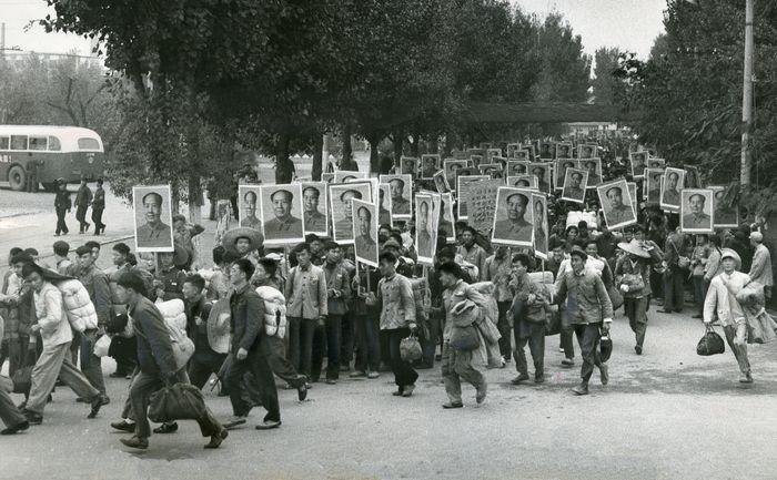 写真・図版 : 中国各地から寝具持参で北京に集まった紅衛兵