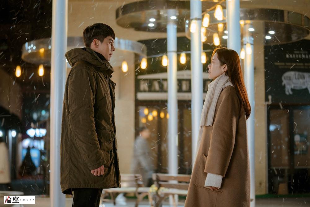 写真・図版 : 『愛の不時着』 主役のソン・イェジン(右)とヒョンビン=tvN提供