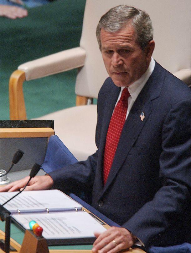 写真・図版 : 国連総会で演説するジョージ・ブッシュ米大統領=2002年9月12日、ニューヨーク