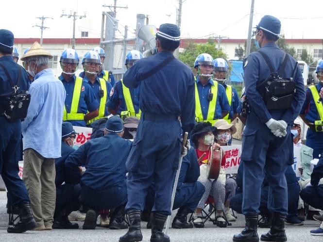 写真・図版 : キャンプシュワブゲート前で、「三密」を避けつつ座り込みを続ける抗議者