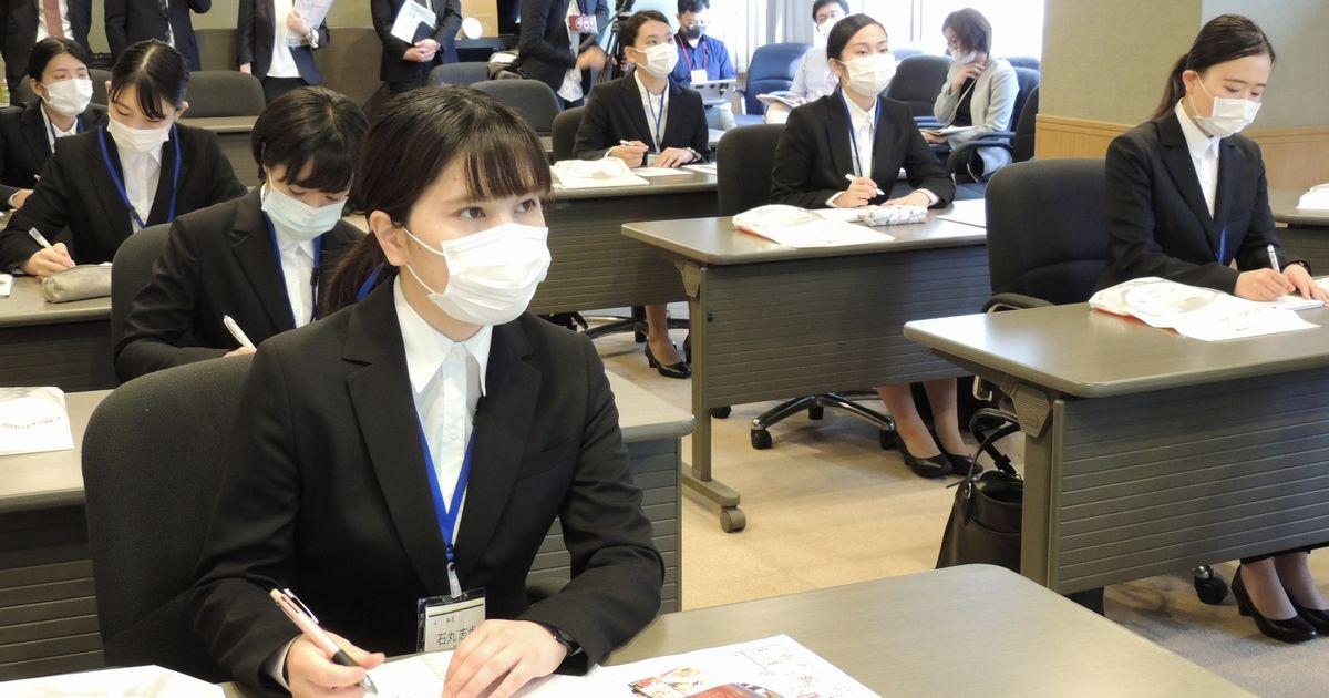 写真・図版 : 食品会社の就職説明会。1次面接に先立ち開かれた=2020年6月1日、神戸市中央区